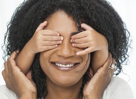 mamma e figlio: Una donna americana africana felice, madre, giocando con il suo bambino, la figlia o il figlio, ragazza o ragazzo, con le mani sugli occhi