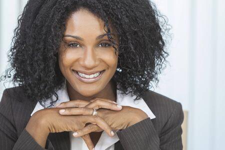 donna ricca: Ritratto di una bella mezza et� della donna dell'afroamericano o imprenditrice seduta relax e sorridente