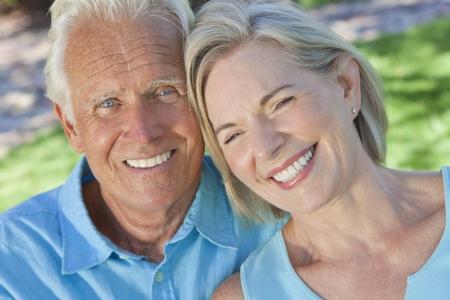 행복 한 고위 남자와 여자 몇 햇빛에 외부 앉아