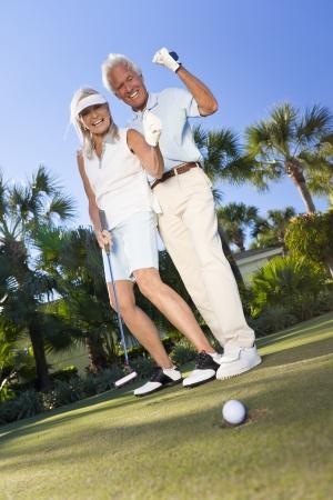 행복 수석 남자와 여자 몇 함께 골프를하고, 전체에가는 공을 기념, 녹색에 성공 샷을 퍼팅