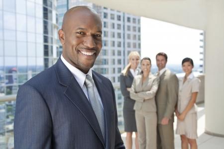 mujeres africanas: Hombre de negocios estadounidense y un grupo interracial de hombres de negocios y las mujeres, los empresarios y empresarias del equipo