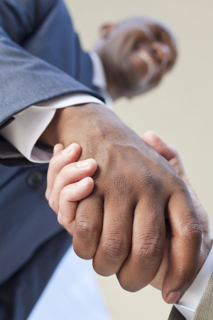 아프리카 계 미국인 사업가 또는 남자 비즈니스 거래를하고 백인 동료와 함께 악수