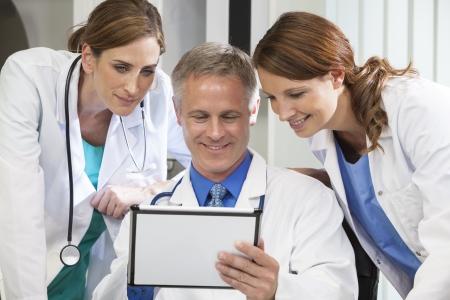 병원 사무실에서 태블릿 컴퓨터를 사용하는 남성 및 여성 의사 의료 팀