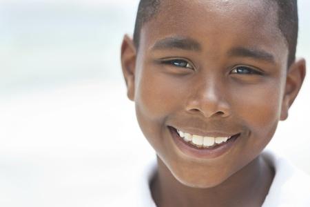 여름에 해변에서 젊은 아프리카 계 미국인 소년 미소는 행복