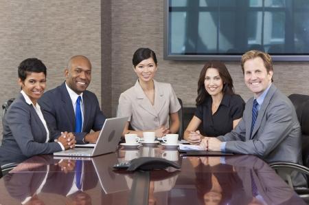 reuniones empresariales: Grupo interracial de mujeres de los hombres de negocios, empresarios y empresarias en la reuni�n del equipo de la sala de juntas