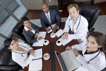 비즈니스 남성 여성 기업인과 경제인과 의사 병원 회의실에서 팀 회의의 인종 그룹