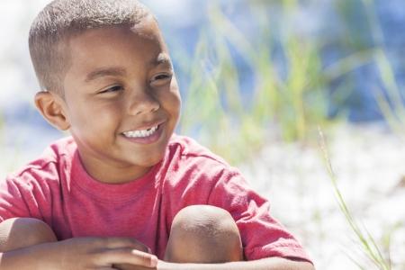 garcon africain: Un jeune gar�on afro-am�ricain enfant � l'ext�rieur sous le soleil d'�t�
