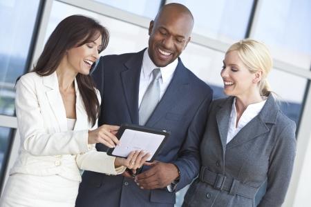 남자와 두 여자, 직장에서 태블릿 컴퓨터를 사용 간의 사업가 및 경제인 팀