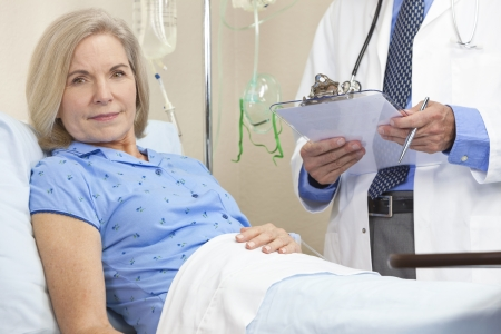 수석 여성 여자 환자 남성 간호사 또는 의사에 의해 돌보는 병원 침대에서