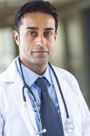 병원에서 나온 흰색 코트, 셔츠와 청진기와 넥타이를 착용하는 남성 아시아 인도 남자 의사, 스톡 콘텐츠