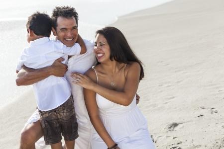 papa y mama: Una familia feliz de madre, padre, padres y ni�os, hijo del playng y divertirse en las olas de una playa soleada Foto de archivo