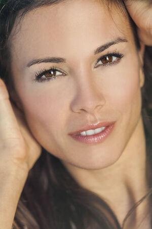 ojos cafes: Retrato de una bella morena mujer o chica joven sonriente con ojos marrones