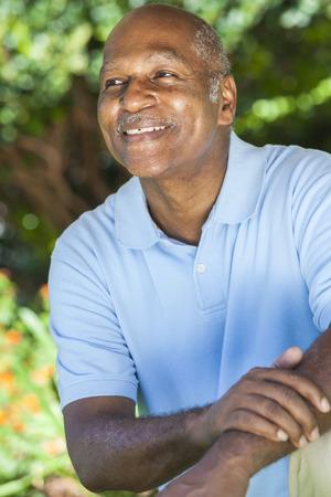 ancianos felices: Un hombre afroamericano feliz senior de unos sesenta años fuera sonriendo.