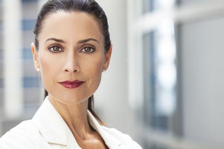 Outdoor portret van een mooie slimme middelbare leeftijd brunette vrouw of zakenvrouw