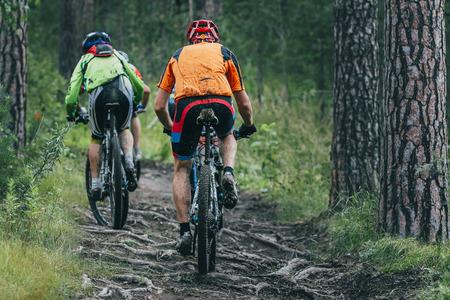 jinete: de dos mountainbiker ciclista durante una carrera en el bosque
