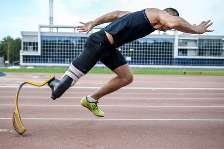 hombre deportista: El atleta hándicap preparando para empezar a correr Foto de archivo