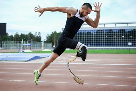 deportistas: Explosivo inicio de atleta con discapacidad en el estadio Foto de archivo