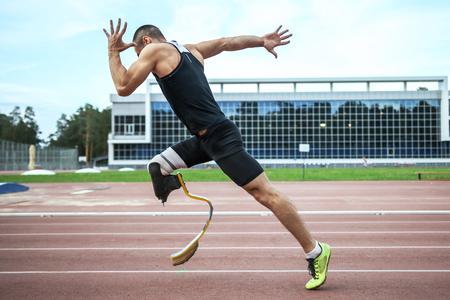 piernas hombre: Explosivo inicio de atleta con discapacidad en el estadio Foto de archivo