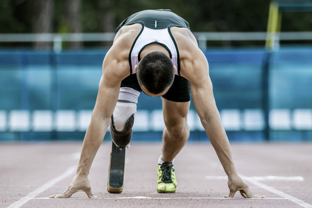 personas discapacitadas: El atleta discapacitado preparando para empezar a correr Foto de archivo