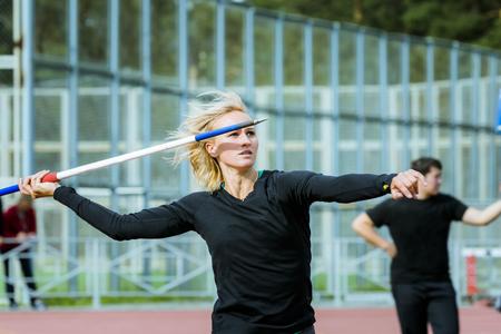 lanzamiento de jabalina: Una mujer atleta que compite en lanzamiento de jabalina Foto de archivo