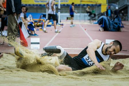 salto de longitud: Amputado atleta de salto de longitud durante el campeonato de las universidades de la región de Chelyabinsk en atletismo Editorial