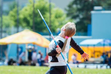 lanzamiento de jabalina: Chelyabinsk, Rusia - 16 de junio de 2015: Un atleta chica competir en el lanzamiento de jabalina durante el Campeonato de la regi�n de Chelyabinsk en atletismo