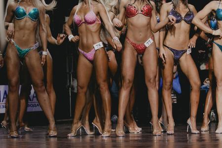 bela caixa da mulher e barrigas planas. bikini competição de fitness