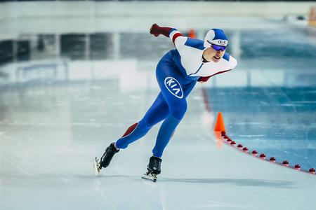 deportista: Chelyabinsk, Rusia - 15 de octubre de 2015: los j�venes patinadores de velocidad mujer atleta durante la Copa de Rusia en patinaje de velocidad Editorial