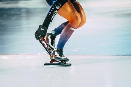 patín: Chelyabinsk, Rusia - 15 de octubre de 2015: niña de patinaje de velocidad atleta limpiar la nieve con cuchillas de los patines durante la Copa de Rusia en el patinaje de velocidad
