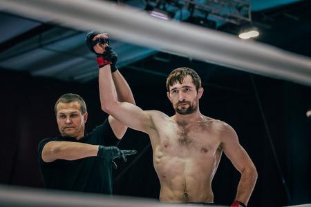 artes marciales mixtas: Volgogrado, Rusia - 24 octubre, 2015: combate de artes marciales mixtas golpe en la cabeza oponente tumbado en el suelo durante el Campeonato de Rusia en las artes marciales mixtas