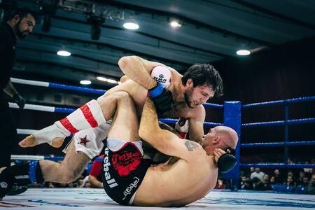 artes marciales mixtas: Volgogrado, Rusia - 24 octubre, 2015: lucha en el suelo es de dos atletas de artes marciales mixtas durante el Campeonato de Rusia en las artes marciales mixtas Editorial