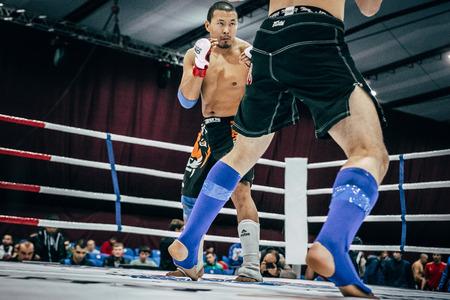 artes marciales mixtas: Volgogrado, Rusia - 24 octubre 2015: la lucha de pie de atleta artes marciales mixtas durante el Campeonato de Rusia en las artes marciales mixtas