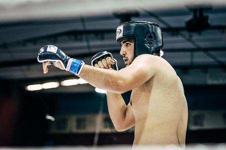 artes marciales mixtas: Volgogrado, Rusia - 24 octubre, 2015: atleta de artes marciales mixtas en la lucha de pie durante el Campeonato de Rusia en las artes marciales mixtas Editorial