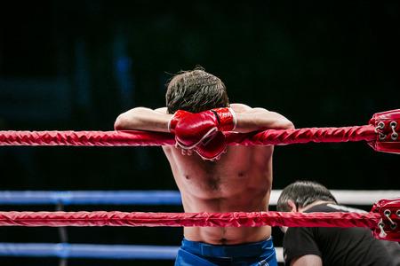 artes marciales mixtas: luchador de artes marciales mixtas (MMA) se encuentra en el anillo de esquina. perdido pelea. la derrota de un adversario