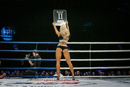 artes marciales mixtas: Chelyabinsk, Rusia - 5 diciembre 2015: hermosa muchacha atractiva en el anillo, su espalda se enfrenta tabla muestra el número de ronda durante la Copa de Rusia MMA
