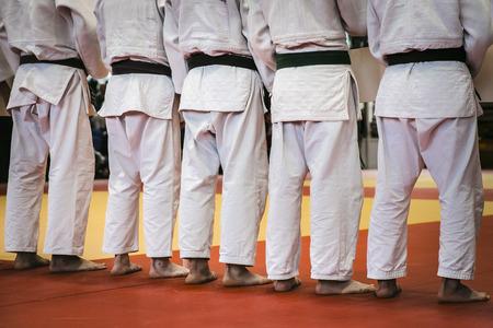 judo: primer grupo de atletas traseras de judocas tatami de pie para el judo Foto de archivo