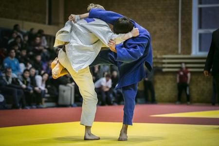 judo: Final Fight atletas jóvenes judocas en las competiciones de judo Foto de archivo