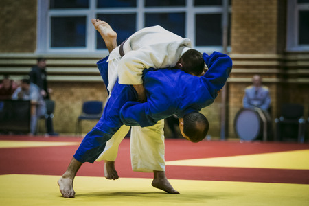 judo: atletas judocas hombres durante la lucha en las competiciones de judo