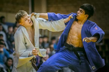 judo: Chelyabinsk, Rusia - 20 de diciembre de 2015: judocas jóvenes durante la lucha celebrar entre sí por el kimono durante la competición de toda Rusia en el judo de la memoria Grigory Verichev Editorial
