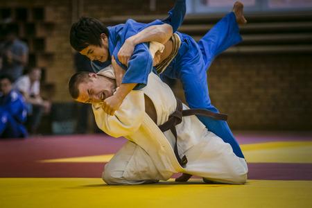 judo: Chelyabinsk, Rusia - 20 de diciembre de 2015: partido final entre dos atletas jóvenes judocas durante la competición de toda Rusia en el judo de la memoria Grigory Verichev