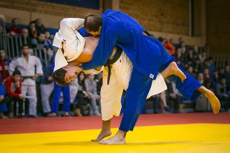 judo: Chelyabinsk, Rusia - 20 de diciembre de 2015: combate de lucha libre entre jóvenes judokas masculinos en tatami durante la competición de toda Rusia en el judo de la memoria Grigory Verichev