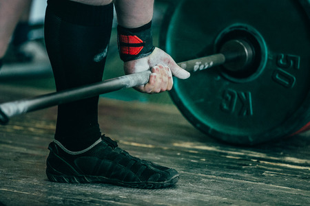 closeup of hands of powerlifter. deadlift barbell to competition Banque d'images