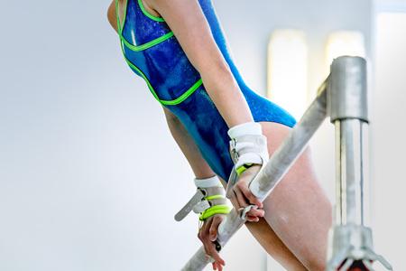 Fille athlète gymnaste au cours d'une barre horizontale d'exercice dans les compétitions de gymnastique Banque d'images - 55535230