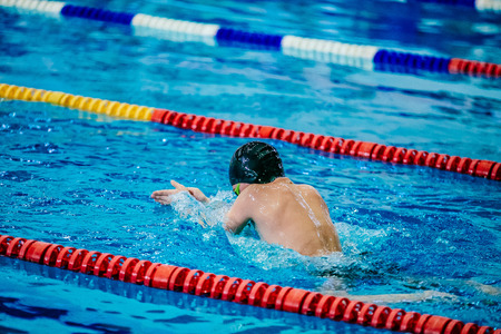 young male athlete swimmer in pool floats at competitions breaststroke Banque d'images