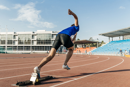 explosive start men runner at stadium during competition Banque d'images