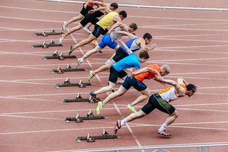Chelyabinsk, Rusland - 1 juli 2016: start mannen atleten sprint afstand van 100 meter tijdens de Ural kampioenschap in atletiek