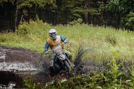 Extremsport: Mann Motorradrennen Enduro im Wald Standard-Bild - 60660848