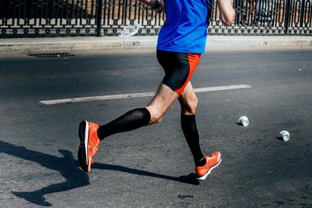 hombres corriendo: vista lateral de las piernas de atleta masculino de los calcetines de compresión correr la carrera deportiva Foto de archivo
