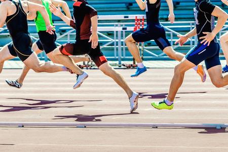 선수 단거리의 그룹 경기장의 트랙에 속도를 실행 스톡 콘텐츠