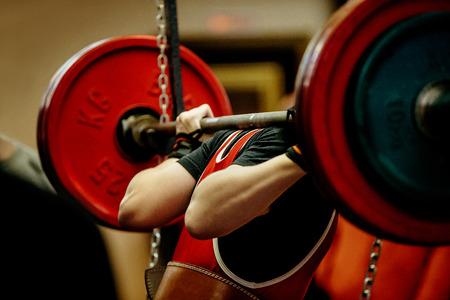 경쟁 powerlifting에 대한 여성의 powerlifter 쪼그리고 바벨 스톡 콘텐츠 - 72513209